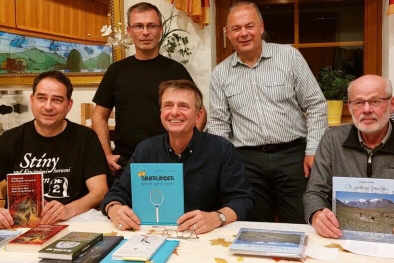 Im Gasthof zum Döhlerwald stellten sich am Freitag die Schriftsteller Stephan Ernst (rechts), Michael Martin und Milan Hloušek (links) vor und lasen Kostproben aus ihren Büchern. Hinten die Moderatoren Vladislav Podracky (links) und Thorald Meisel.