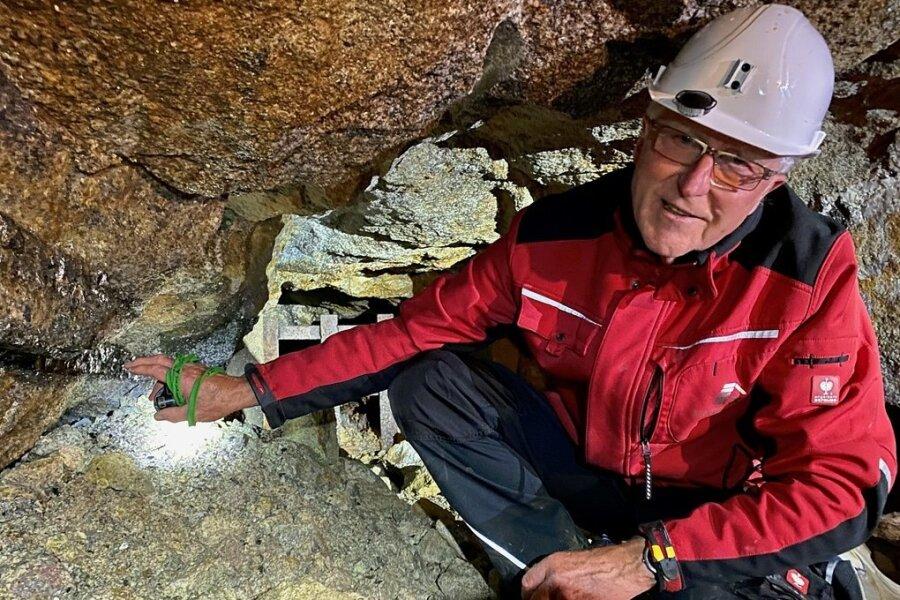 Wolfgang Mende zeigt eine Lithiumader. Zwischen 100 und 300 Metern unter dem Besucherbergwerk soll lithiumhaltiges Erz abgebaut werden.