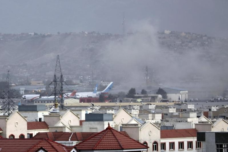 Rauch steigt von einer Explosion außerhalb des Flughafens in Kabul auf. Die Explosion ereignete sich außerhalb des Flughafens, wo Tausende Menschen nach der Machtübernahme der militant-islamistischen Taliban auf der Evakuierung aus Afghanistan zusammengekommen sind.