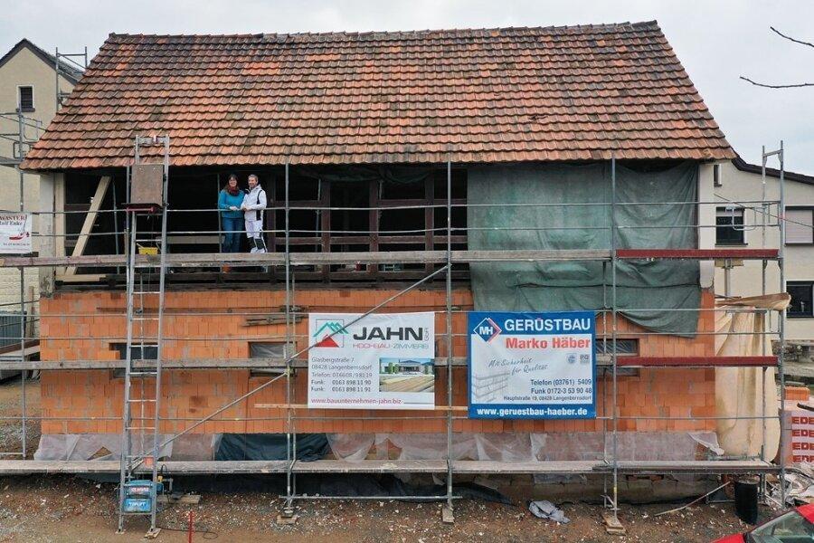 Carina und Ralf Enke auf der Baustelle an der Bachstraße in Langenbernsdorf. Mit dem über Zuschüsse aus dem Dorferneuerungsprogramm finanzierten Umbau soll auch das Gewölbe restauriert werden.