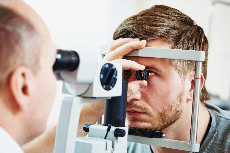 Ein Augenarzt untersucht die Sehkraft eines Patienten. Solche Mediziner gibt es in der Region nach wie vor zu wenige.