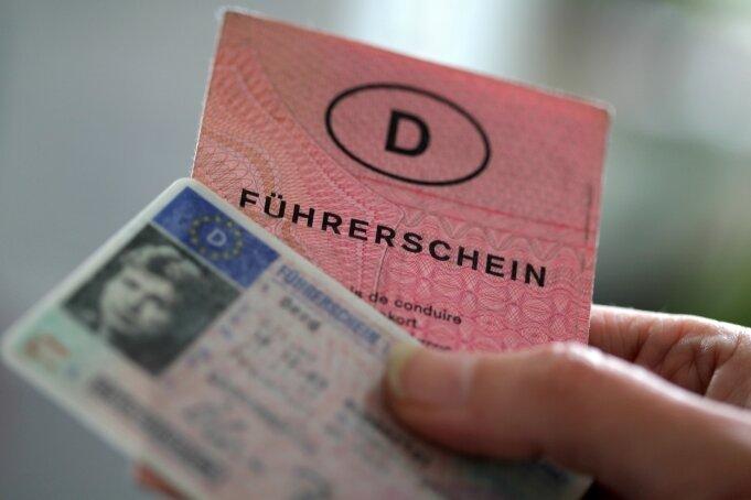 Auf den ersten Blick sah der gefälschte Führerschein täuschend echt aus. Nur unter der Lupe wurden die Fehler deutlich.