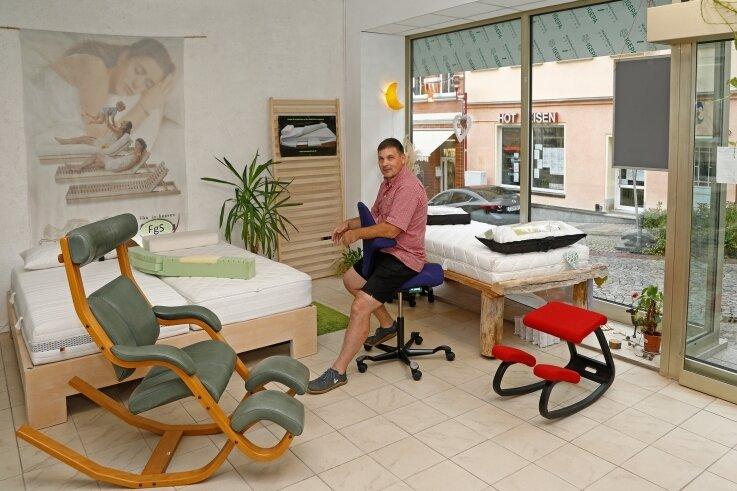 """Gesundheitsexperte Tejas Hirsch in der """"Box"""" auf der Weinkellerstraße: Die Materialien für die Matratzen stammen alle aus der Region. Daneben gibt es auch Stühle, die für gesunde Sitzhaltung sorgen."""