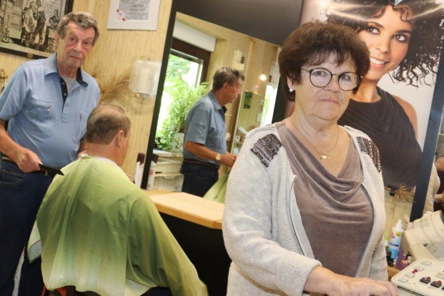 Vor 60 Jahren haben Marietta und Manfred Henne ihren Meisterbrief bekommen. Bis heute stehen sie gern in ihrem Friseursalon. Die vielen Stammkunden freut's.