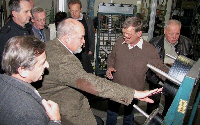 """<p class=""""artikelinhalt"""">IKS-Produktionsleiter Hartmut Grab (2. v. r.) zeigt Landrat Volker Uhlig beim Betriebsrundgang in der Geringswalder Messerfabrik eines der Rundmesser aus eigener Herstellung.</p>"""