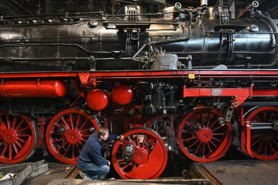 Die bei Krupp in Essen 1941 gebaute Dampflokomotive versieht noch immer ihren Dienst - liebevoll gepflegt und technisch aufgefrischt von den ehrenamtlichen Enthusiasten des Sächsischen Eisenbahnmuseums in Hilbersdorf.