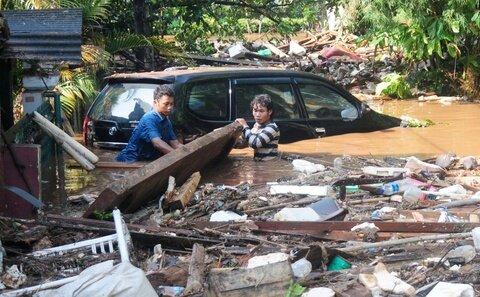 In Indonesien sind bei einem Dammbruch in der Nacht mindestens 50 Menschen ums Leben gekommen. Der Damm war nach stundenlangen Regenfällen gebrochen.