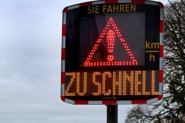 In den Hainichener Ortsteilen, hier in Falkenau, wird auf Initiative der Ortschaftsräte schon seit einiger Zeit mit mobilen Tafeln gemessen. So werden Raser auch in Gersdorf und in Bockendorf ausgebremst.
