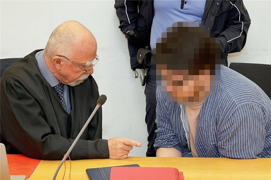 Der Angeklagte Waldemar S. (rechts) im Gerichtssaal im Beratungsgespräch mit seinem Verteidiger Ralf Werner Krause.