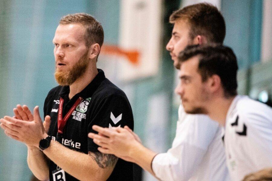 Hatte in dieser Saison bislang viel Grund, seinen Männern Beifall zu zollen: Alexander Matschos, der Cheftrainer der HSG Freiberg, hier beim 32:27-Sieg seines Teams in Delitzsch am 2. Spieltag.