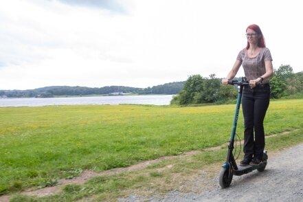 Nicole Tußler testet die neuen E-Scooter an der Talsperre Pöhl.