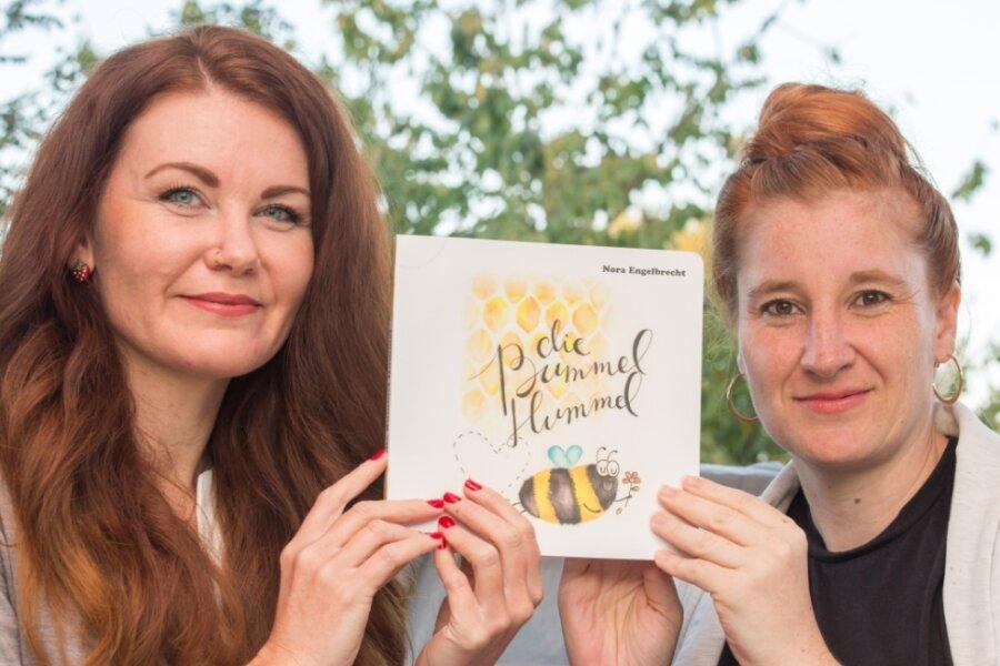 """Katja Fugmann (l.) und Nora Engelbrecht mit dem Kinderbuch """"Die Bummelhummel""""."""