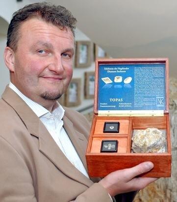 """<p class=""""artikelinhalt"""">Jens Pfretzschner von der Vogtland Kultur GmbH präsentiert die Schatulle mit den Topasen für die Queen aus dem Bestand des Mineralienzentrums Schneckenstein. </p>"""