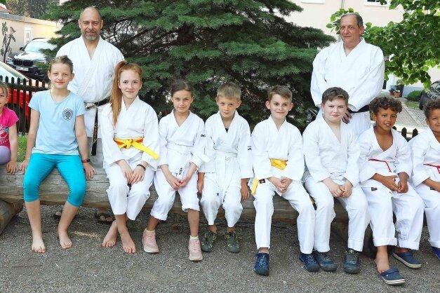 Der Crimmitschauer Karate-Nachwuchs mit seinen beiden Trainern Holger Heine (links) und Frank Linder.