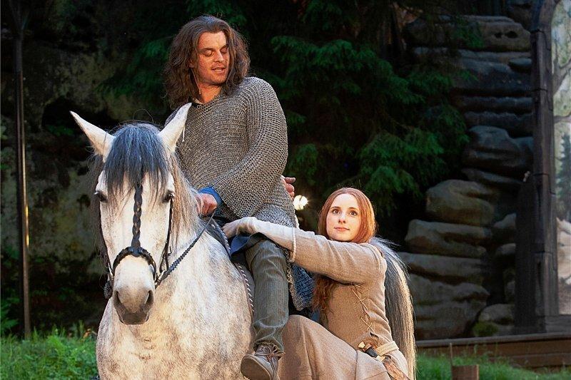 Haben jetzt auch auf der Bühne viele Abenteuer zu bestehen, bevor sie ein Paar werden: Ritter Christian (Michael Berndt-Cananá) und die heilkundige Marthe (Luca Lehnert).