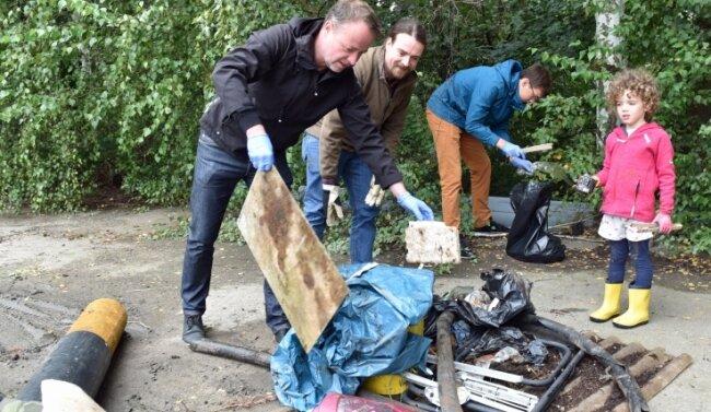 Ronny Jurischka, Geschäftsführer der Becker Umweltdienste (l.), Ullrich Meier (hinten) und Martin Sonntag mit Tochter Lea fanden sogar Ummantelungen von Kanalisationsrohren.