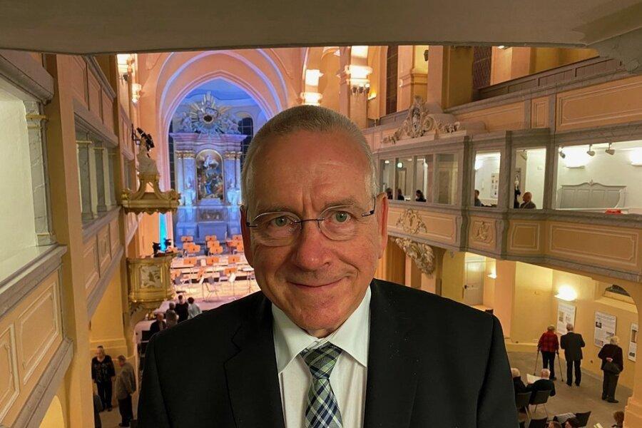 Der frühere Kulturamts- und Sachgebietsleiter Andreas Schwinger wurde beim jüngsten Sinfoniekonzert in der Freiberger Nikolaikirche vom Theater verabschiedet.