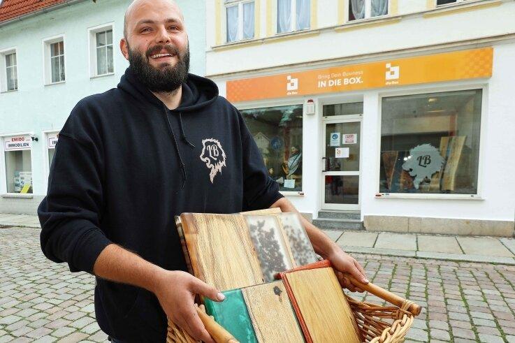 """Jeremias Loew aus Lichtentanne ist der erste Mieter in der Werdauer """"Box"""". Der 28-Jährige bietet alles rund ums Thema Holz an. Foto: Thomas Michel"""