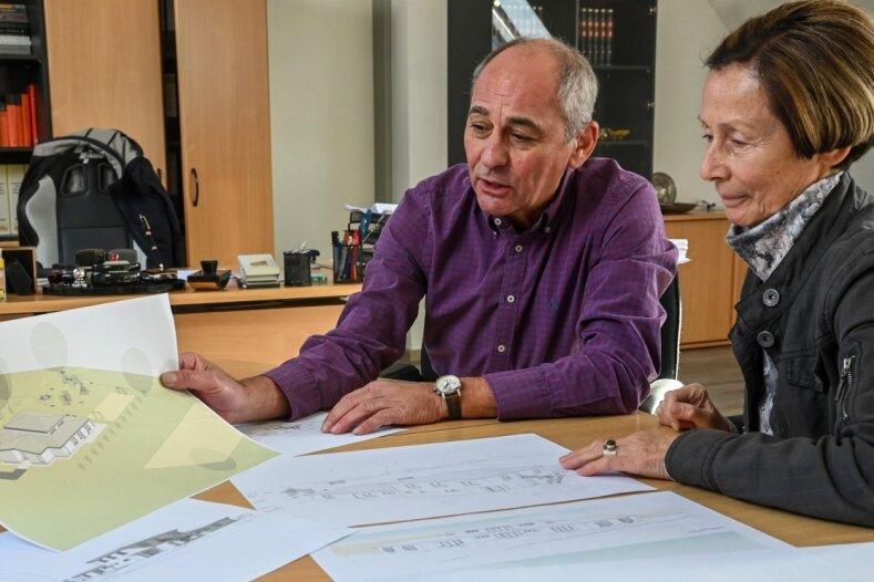Die ehemalige Burgstädter Bauamtsleiterin Annette Horn und der Bauunternehmer sowie Inhaber eines Planungsbüros, Volker Uhlich, schauen sich die Baupläne für den neuen Hort an, die nicht umgesetzt wurden.