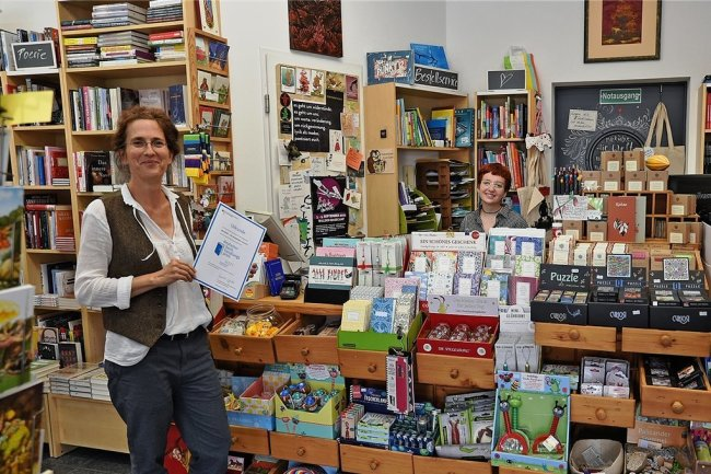 """Diana Winkler (links) und ihre Mitarbeiterin Liska Rulff sind stolz auf den Preis als """"besonders herausragende Buchhandlung""""."""
