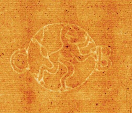 Geyers Museumsleiter Lutz Röckert hat auf alten Belegen dieses Original-Wasserzeichen eines Niederzwönitzer Papiermüllers entdeckt.