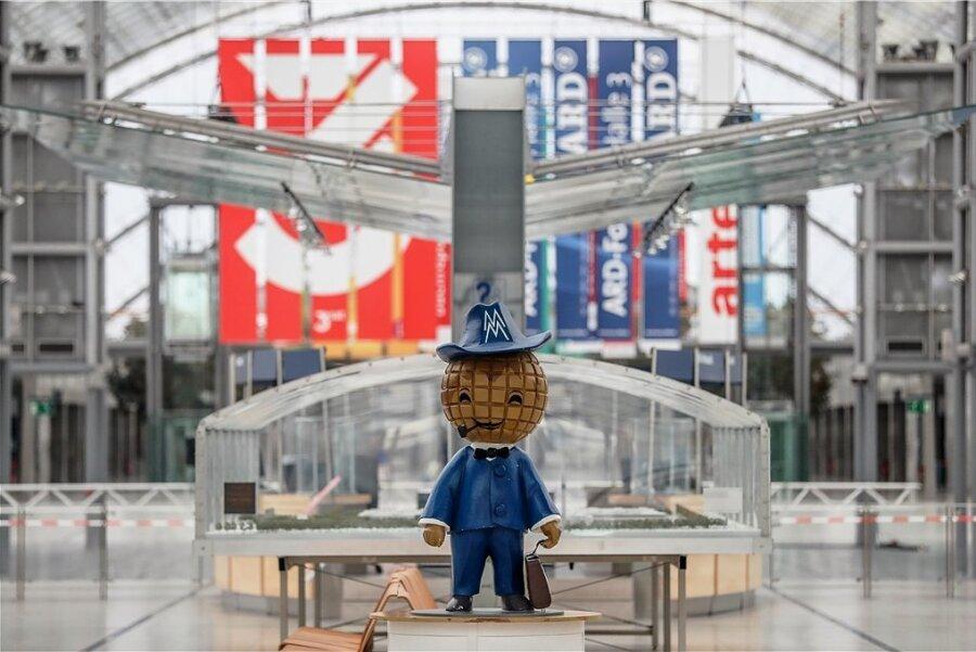 Das Messemännchen - altehrwürdiges Maskottchen - steht im März 2020 in der leeren Glashalle der Leipziger Messe. In der Corona-Pandemie wurde damals mit als erstes die Leipziger Buchmesse abgesagt.
