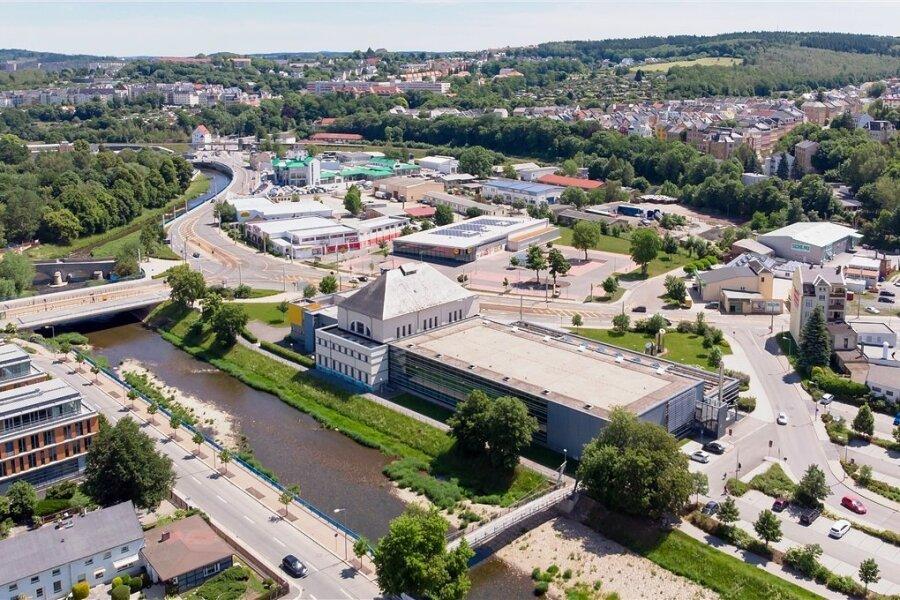Wie ein Schiff liegt das Stadtbad am Ufer der Weißen Elster: links der wie die Brücke ragende Altbau, daneben der 2005 in Betrieb genommene Neubau. Rechts daneben, auf dem Parkplatz, soll ein Anbau entstehen.