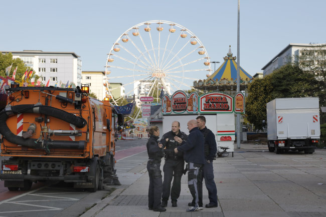 Polizeikräfte am Sonntagmorgen bei Ermittlungen nach dem tödlichen Streit an der Brückenstraße.