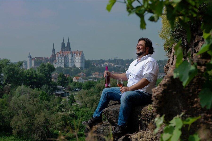 Der Meißner Winzer Andreas Kretschko hat gut Lachen: Endlich geht das normale Geschäft wieder los. Sein Wein reift mit besten Aussichten - zum Beispiel auf die Albrechtsburg.