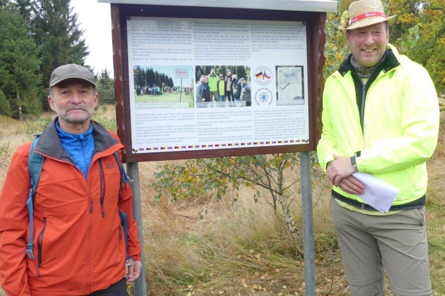 Neuhausens Bürgermeister Peter Haustein (l.) und Lars Helbig, Vorsitzender der Interessengruppe, vor der neuen Gedenktafel.
