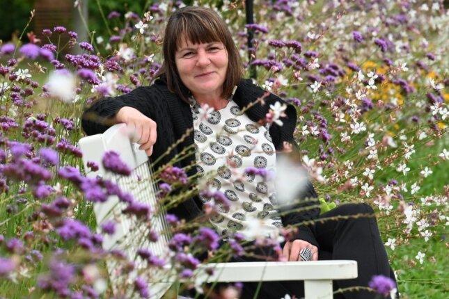 """Suzanne Krauß, Geschäftsführerin des Stadtverbandes Chemnitz der Kleingärtner, in der Gartensparte """"Sonnige Höhe""""."""