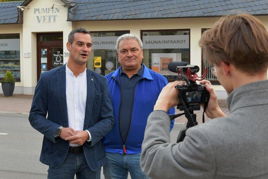 Zwei Generationen vor der Linse: Amadeus (l.) und sein Vater Jürgen Veit geben Kameramann Max Porstmann ein Interview für die Serie des Stadtmarketingvereins. Das Familienunternehmen Pumpen Veit arbeitet schon seit 180 Jahren in Oederan. Mit Videoclips sucht es jetzt Nachwuchs.