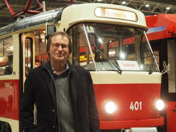 """Der Autor Arno Luik im Chemnitzer Hauptbahnhof vor der historischen Tatra-Straßenbahn, in der er in der Nacht zum Samstag aus seinem Bestseller """"Schaden in der Oberleitung"""" gelesen hat."""
