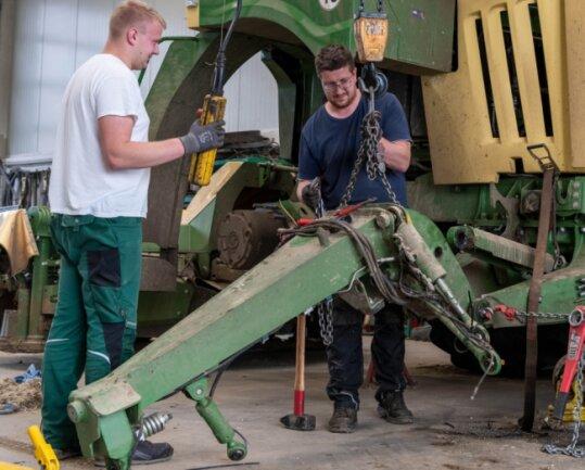 Das für Erntearbeiten ungünstige Wetter wird bei Agraset für Reparaturen und Wartung der Technik genutzt. Hier arbeiten Landwirt Jannik Dziuballe (links) und Schlosser Sebastian Thurm an einem Selbstfahrmäher.