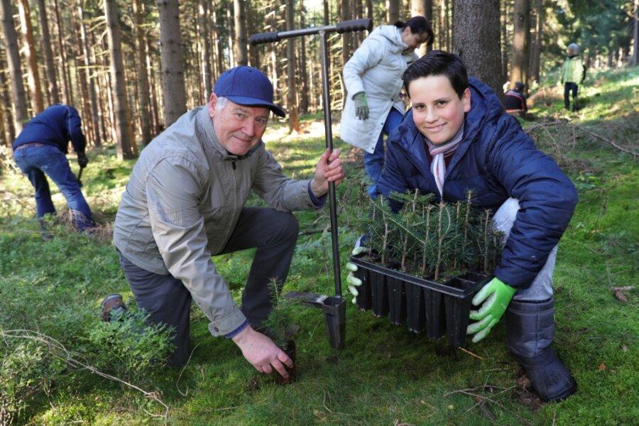 Naturfreunde helfen im Wald bei Pflanzaktion