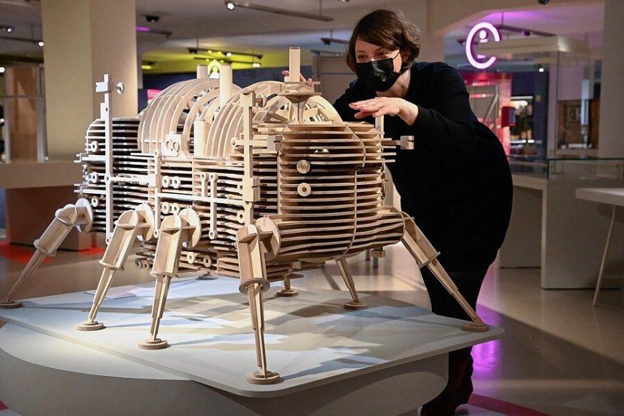 """Katja Manz, Mit-Kuratorin der neuen Sonderausstellung im Chemnitzer Museum Smac, am Modell der utopischen Stadt """"Walking City"""" aus dem Jahr 1964."""