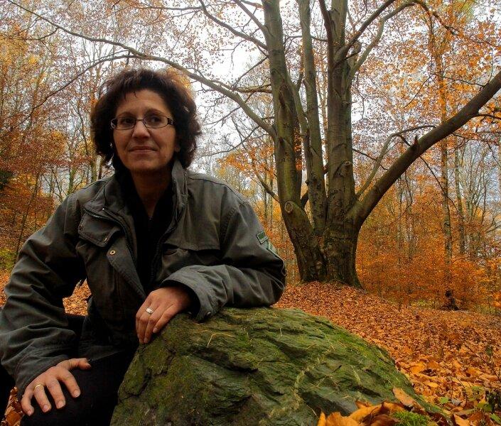 """<p class=""""artikelinhalt"""">Kirchenrevierförsterin Leila Reuter vor einem der interessantesten Bäume im Poppenwald: Die alte Buche ist herrlich verästelt, und es ist nicht klar, wie sie diese Form entwickeln konnte. Die Försterin vermutet, dass der Haupttrieb kaputtgegangen ist und mehrere Seitentriebe danach zu mächtigen Stämmen heranwuchsen.</p>"""