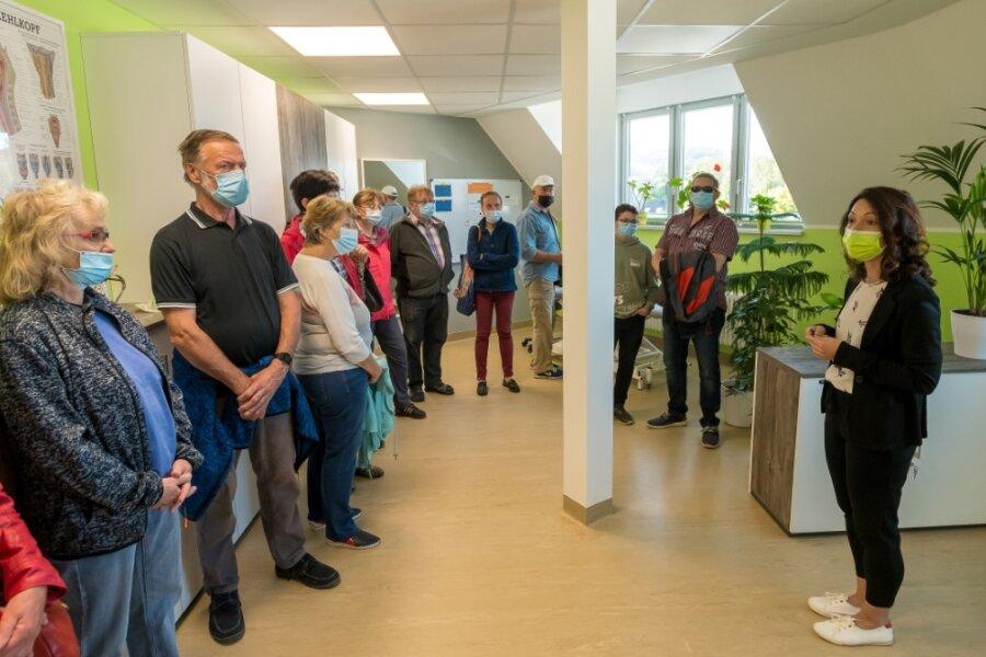 Helle, freundliche Räume: Die fertigen Praxen der Ergotherapie und der Logopädie konnten beim Tag der offenen Tür besichtigt werden. Hier Logopädin Bianka Hehrhold (r.) mit einer Besuchergruppe.