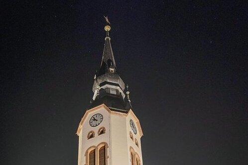 Die evangelisch-lutherische Pauluskirche in Sehma wird seit Kurzem angestrahlt.
