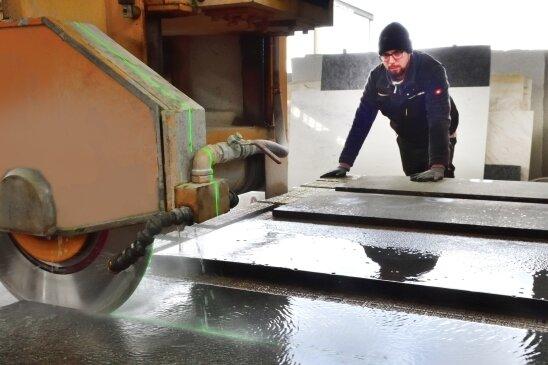 Bei der Firma Rappl werden die Rohlinge auf der Steintrennmaschine zugeschnitten.