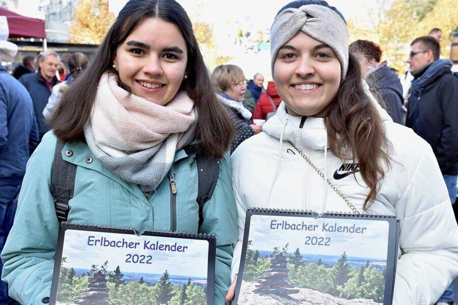 Bereits zum zweiten Mal haben Lina Obenaus (rechts) und Lisa Ilgmann einen Kalender ihres Heimatortes Erlbach erstellt.