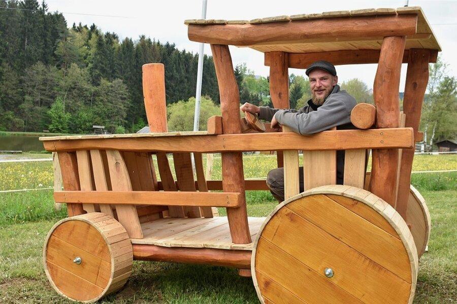 Auf dem Gläsernen Bauernhof in Siebenbrunn kann ab dem heutigen Samstag ein neuer Spielplatz genutzt werden. Zimmermann Christoph Mengel aus Leipzig hat ihn entworfen und gebaut.