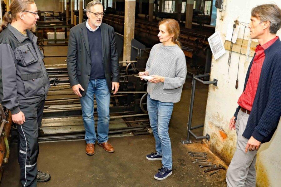 Philipp Kardel, Heike Schönfeld, Oliver Brehm und Lars Helling (von rechts) im Spinnsaal der Tuchfabrik Gebr. Pfau in Crimmitschau.
