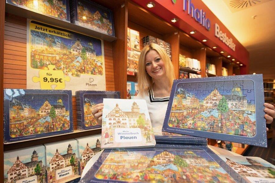 Sophie Gürtler vom Dachverband Stadtmarketing mit dem neuen Puzzle und dem Plauener Wimmelbuch.