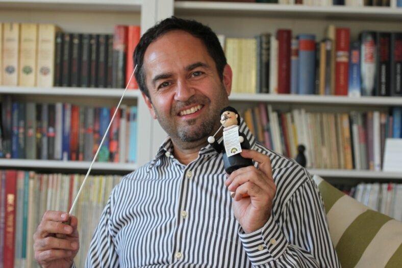 Gewandhaus-Dirigent Leo Siberski freut sich, dass es dieses Jahr auch einen Gewandhaus-Dirigenten in Form eines Räuchermannes gibt.