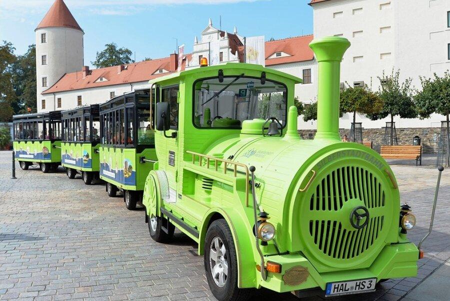 Die Silberstadtbahn in Freiberg - hier mit Bahnchauffeur David Matzig bei ihrer allerersten Fahrt im September 2020 - soll künftig für Kinder eine Extrarunde drehen. Start ist dann ebenfalls am Schlossplatz, die Runde für die Jüngsten dauert etwa eine Stunde.