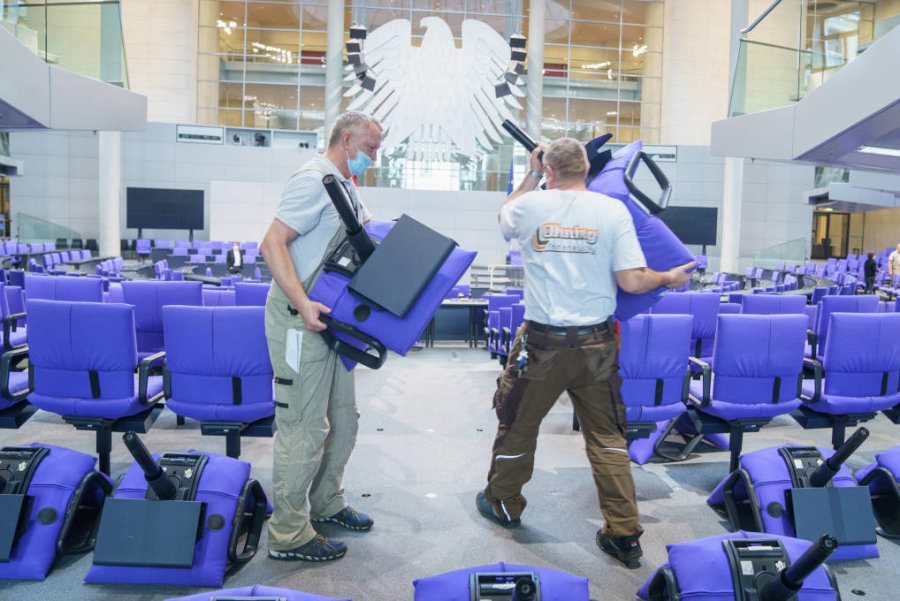 Stühlerücken im Plenarsaal. Es werden drei Dutzend weitere Plätze gebraucht.