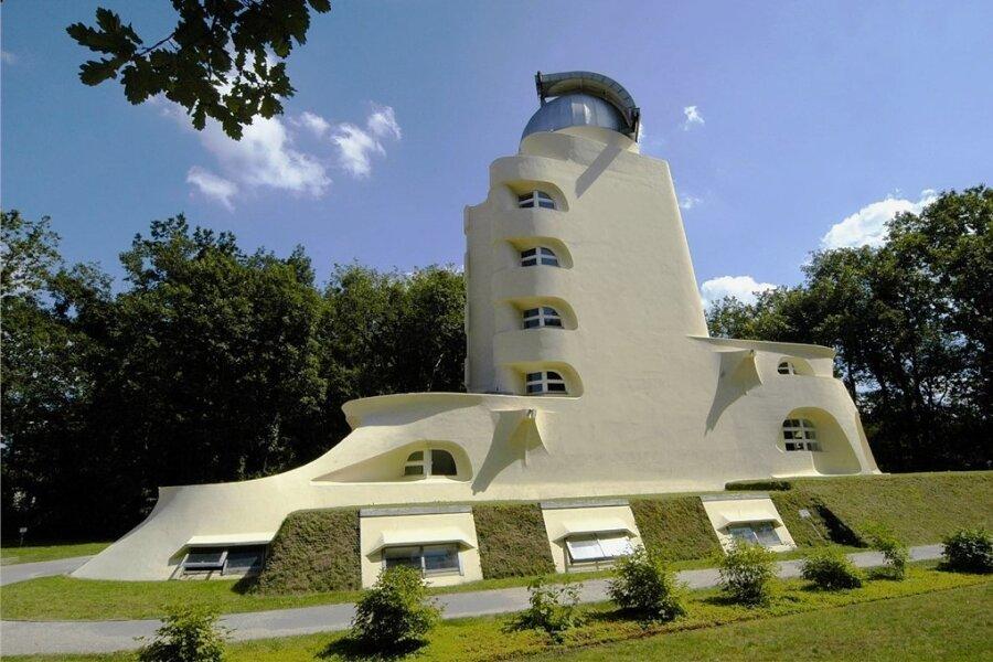 Bis heute mit großer Strahlkraft: der futuristisch gestaltete Einsteinturm im Wissenschaftspark Albert-Einstein in Potsdam.