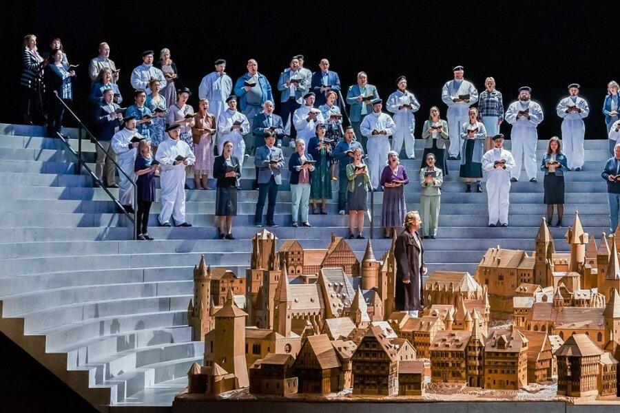 """Ein Nürnberg en miniature steht im Mittelpunkt des ersten Akts von Dave Pountneys Inszenierung der """"Meistersinger""""."""