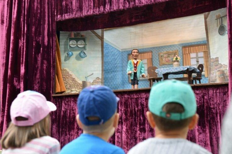 """In Oberbobritzsch wurde Oktoberfest gefeiert. Für die Jüngsten gastierte die Marionettenbühne Pandel aus Frankenberg mit dem Klassiker """"Hänsel und Gretel""""."""